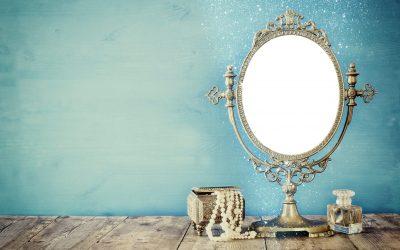 Typberatung und Styling vor dem Spiegel.
