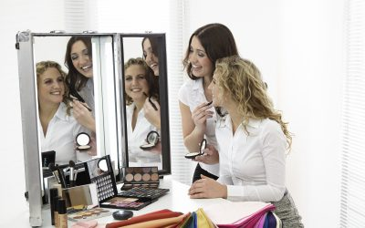Junge Frauen schminken sich